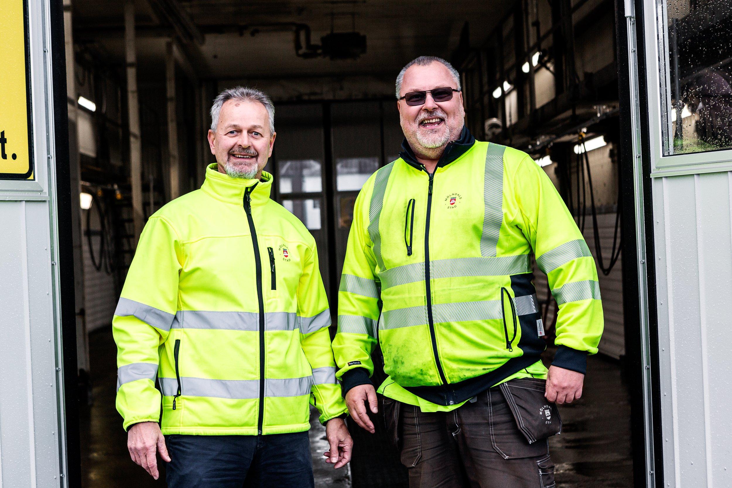 Bertil Eriksson och Thomas Sörensen utanför tvätthallen. Foto: Rickard Olausson, Skvader Media
