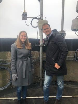 Annie och Alexander 100 meter upp i Riskullaverkets skorsten, där de satt upp Mölndal Energis nya gateway för radioteknik som kommer samla in mätvärden från olika typer av sensorer från hela staden.